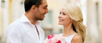 Мужчина рядом с женщиной с цветами