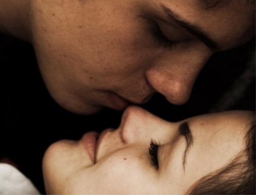 Мужчина и женщина рядом, нежность
