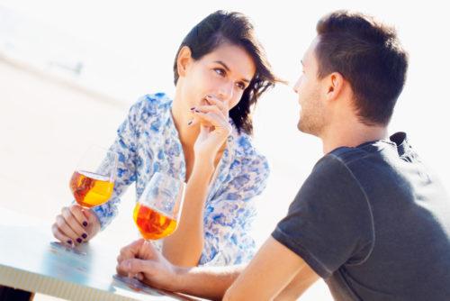 Женщина с мужчиной на романтическом свидании. Женщина смотрит на мужчину