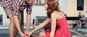Мужчина помогает женщине, взаимный интерес