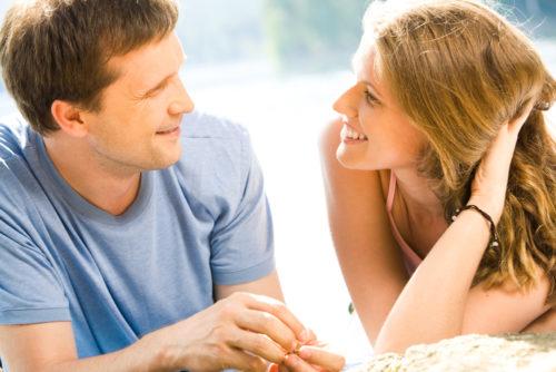 Женщина и мужчина заинтересованно общаются
