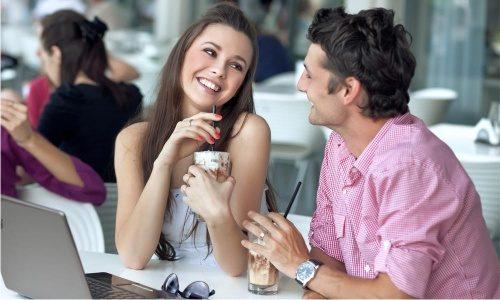 Женщина и мужчина на свидании улыбаются