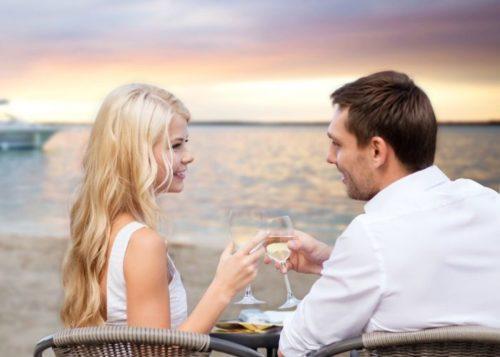 Мужчина и женщина на свидании на фоне моря