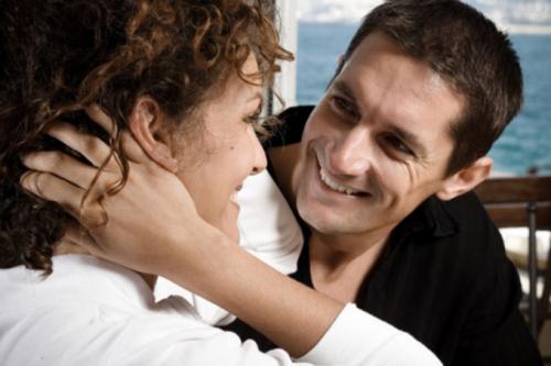 Мужчина смотрит на женщину с интересом