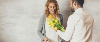 Женщина мотивирует мужчину, он дарит ей цветы