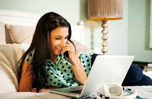 Женщина знакомится в интернете