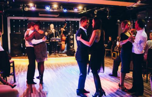 Мужчины и женщины танцуют