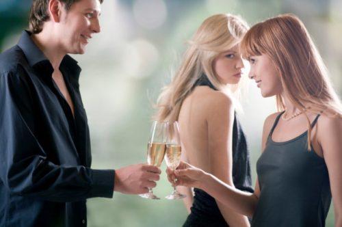 Женщина ревнует другую женщину, которая общается с мужчиной