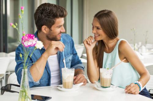 Пара в кафе, улыбаются
