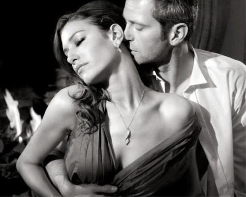 Мужчина рядом с женщиной, заинтересован в ней