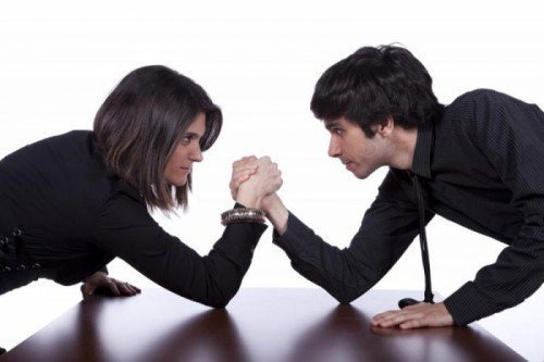Женщина борется с мужчиной