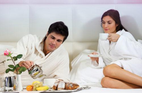 Женщина и мужчина, завтрак в постель