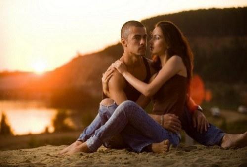 Мужчина и женщина наблюдают закат