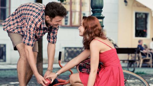 Мужчина помогает женщине подняться, взаимная симпатия