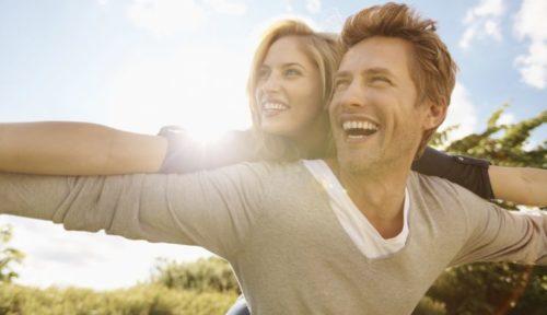 Женщина и мужчина радуются жизни