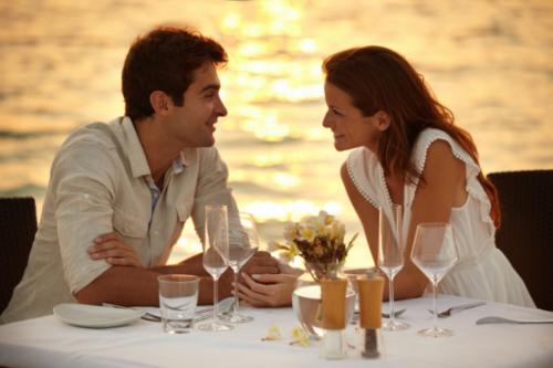Женщина искренне говорит с мужчиной