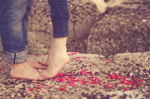 Пара обнимается, стоя без обуви